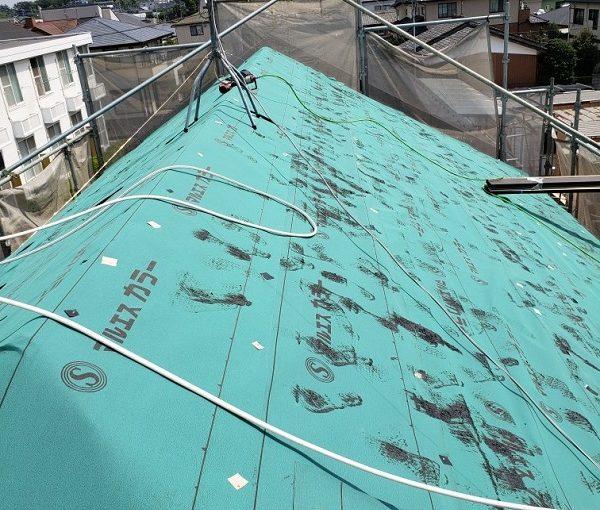千葉県銚子市 屋根カバー工法(重ね葺き)工事 雪止め金具、棟板金、貫板の撤去 アスファルトルーフィング下葺き
