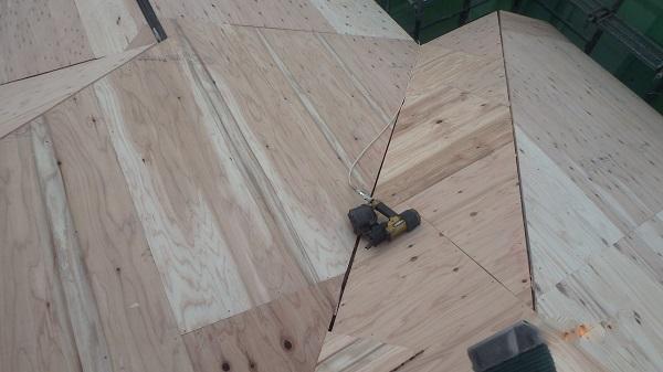 千葉県千葉市 屋根カバー工法 野地板、ルーフィング張り GUMSTARの改質アスファルトルーフィング (2)