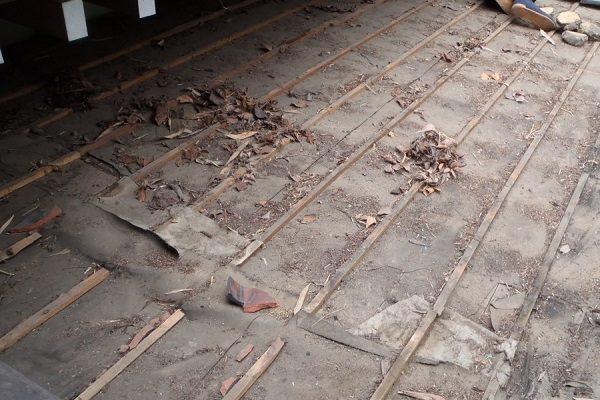 千葉県木更津市 屋根葺き替え工事 玄関庇一部の垂木、野地板、ルーフィング交換 (1)